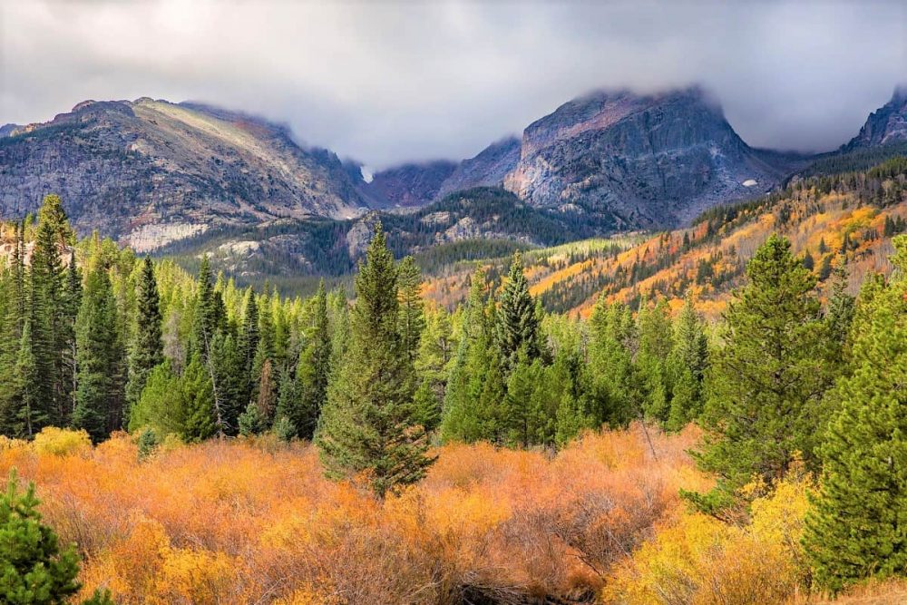 Fall colors a short drive from places to stay near Rocky Mountain National Park